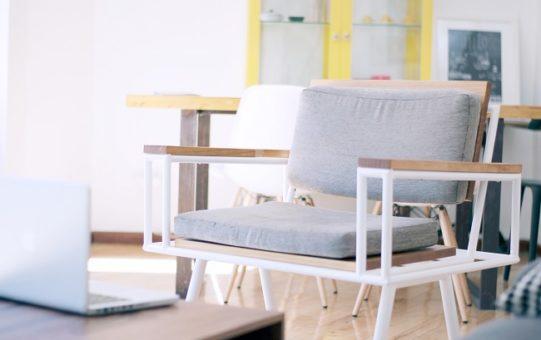 La silla Noa's, con tapicería realizada en color gris claro